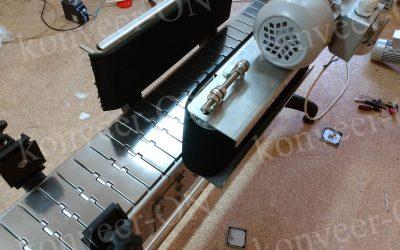 Конвейер пластинчатый с обкатчиком этикетки1